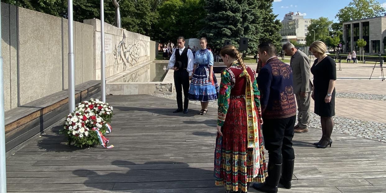Az Életfa előtt emlékeztek a tatabányaiak a Nemzeti Összetartozás Napján